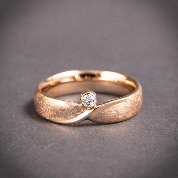 gedrehter Ring - Möbius mit Brillant